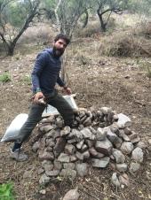 Diego haciendo el compost